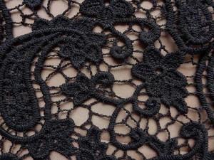 Spitzenstoff-schwarz,-taupe-unterlegt